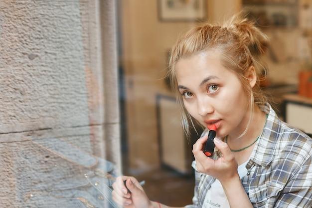 Close-up portret van mooie aziatische meisje, zittend in een café