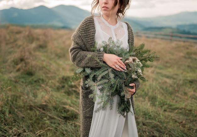 Close-up portret van mooie bruid in luxe trouwjurk met boeket