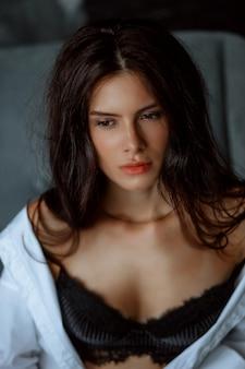 Close-up portret van mooie jonge brunette woman