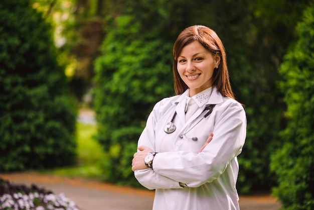 Close-up portret van mooie vertrouwen vrouwelijke arts met een stethoscoop