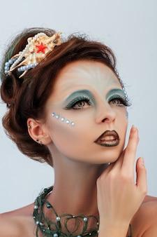 Close-up portret van roodharige zeemeermin met creatieve make-up