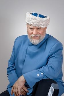 Close-up portret van senior man met baard camera kijken