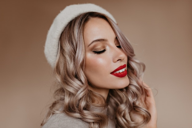 Close-up portret van sensuele franse vrouw met blond haar