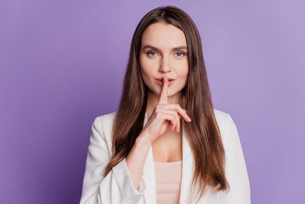 Close-up portret van sluwe flirterige dame vinger lippen dragen formeel pak poseren op violet muur