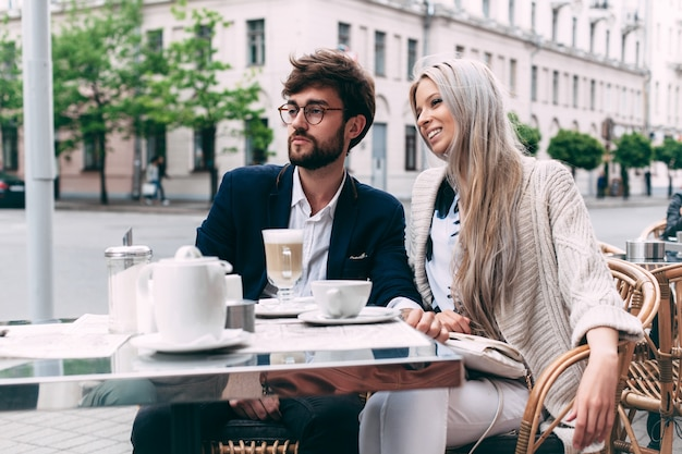 Close-up portret van stijlvolle jonge mooie paar verliefd poseren in straat stad café