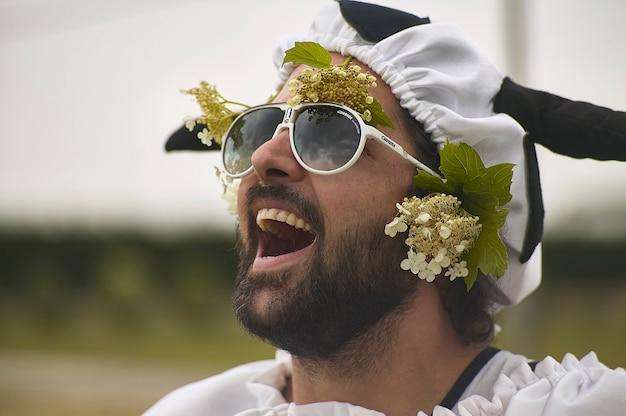Close-up portret van travestiet man lacht