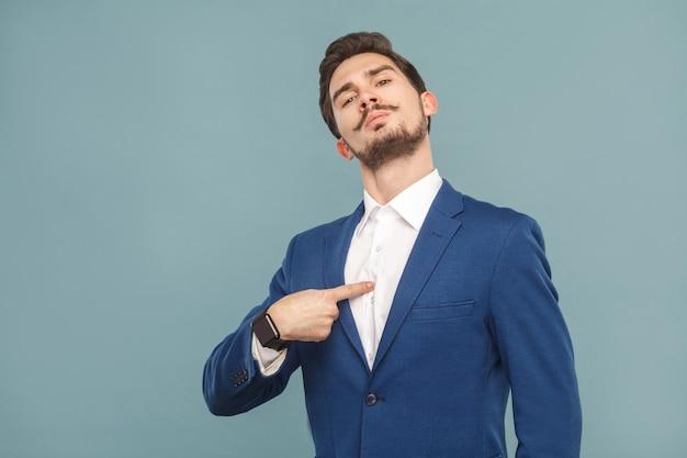 Close-up portret van trotse man wijzende vinger zelf