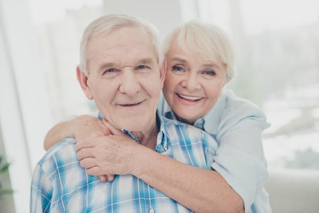 Close-up portret van twee aardige mensen levenspartners knuffelen