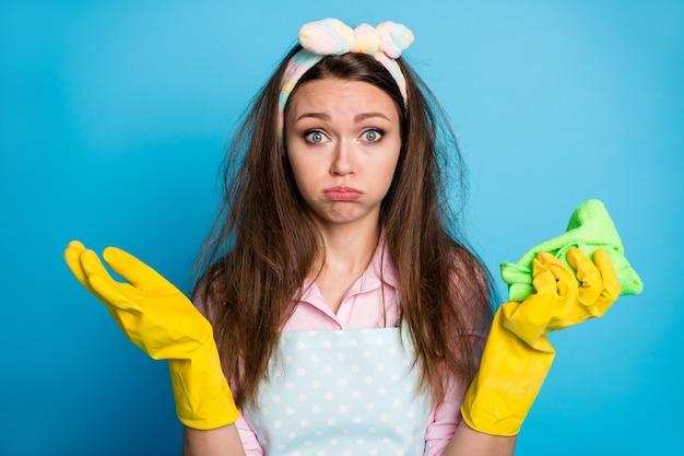 Close-up portret van uitgeput meid huishoudster rommelig haar