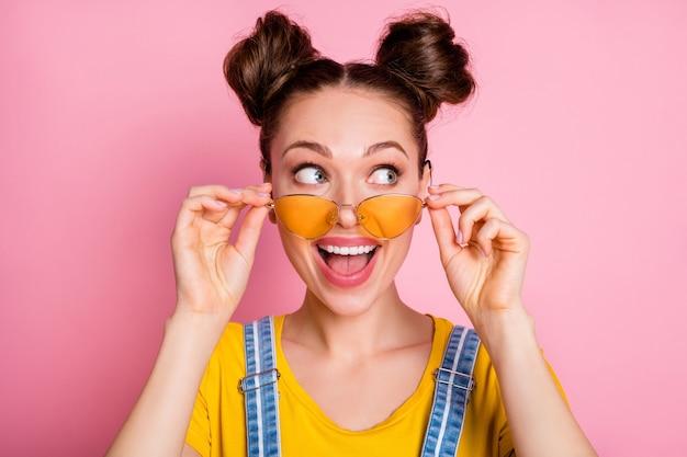 Close-up portret van vrij funky vrolijk meisje wat betreft specificaties kijk lege ruimte open mond