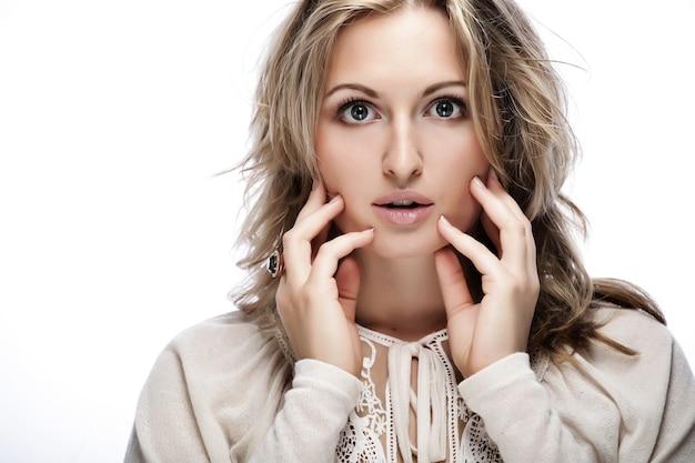 Close-up portret van vrolijke jonge volwassen vrouw