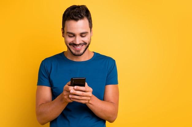 Close-up portret van vrolijke man met behulp van apparaat browsen op web mobiel internet