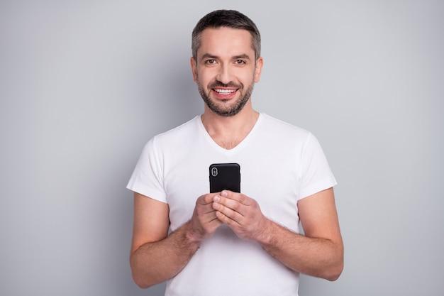 Close-up portret van vrolijke man met behulp van mobiele smartphone deel bericht like