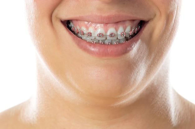 Close-up portret van vrolijke vrouw geïsoleerd