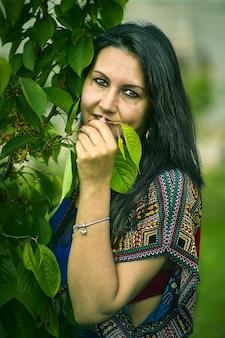 Close-up portret van vrouw in de natuur in de lente