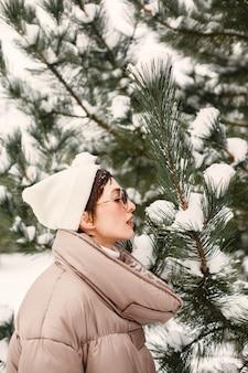 Close-up portret van vrouw in een bruin jasje in besneeuwde park