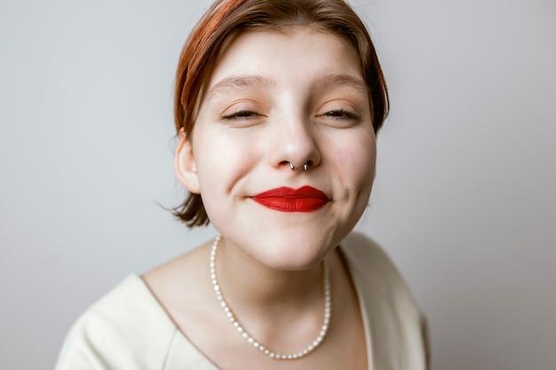 Close-up portret van vrouwen met rode lippen die glimlachen