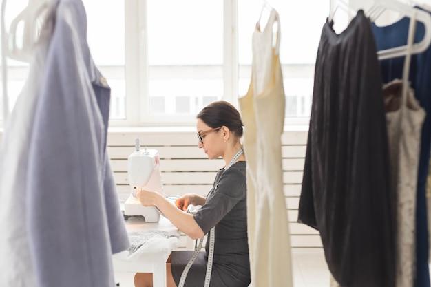 Close-up portret van werkplek modeontwerper met naaien