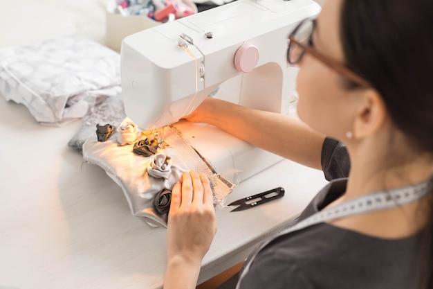 Close-up portret van werkplek modeontwerper met naaimachine