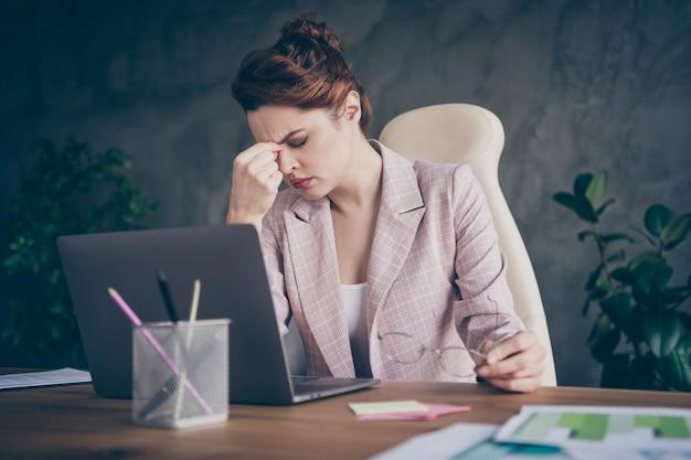 Close-up portret van zieke dame baas chef die lijdt aan migrainepijn