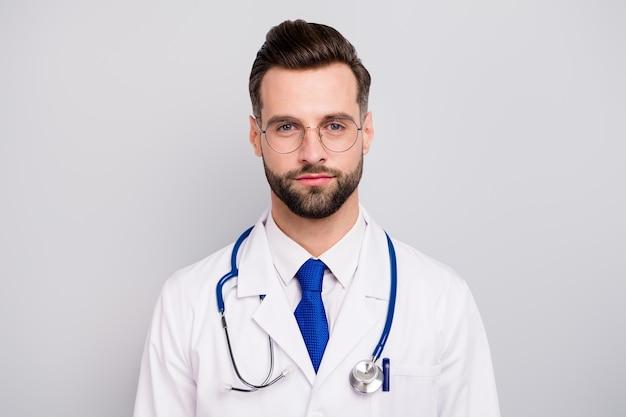 Close-up portret van zijn hij mooi aantrekkelijk kalm slim slim intelligent doc professor eerste hulp hulp noodhulp centrum geïsoleerd op licht wit grijs pastel kleur
