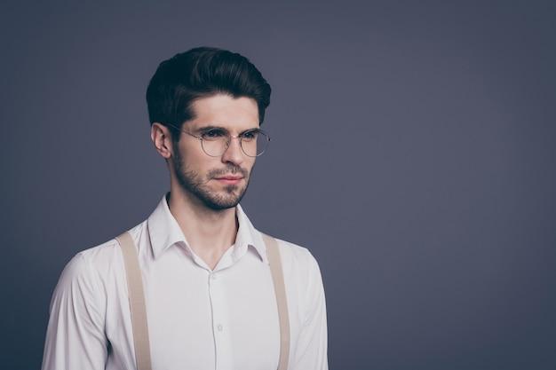 Close-up portret van zijn hij mooie aantrekkelijke ervaren geschoolde intellectueel gefocuste brunette man it-geniale startup-eigenaar.