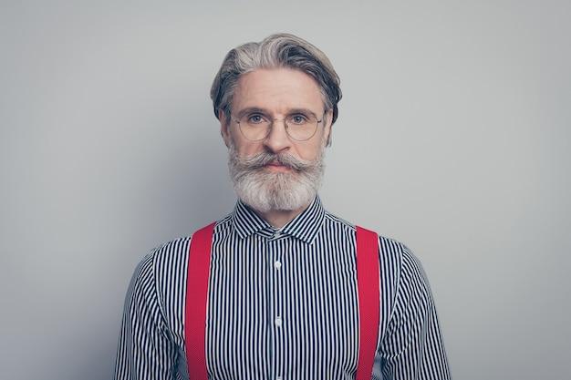 Close-up portret van zijn hij mooie aantrekkelijke imposante oudere inhoud serieuze man leider bedrijfseigenaar geïsoleerd over grijze pastel kleur achtergrond