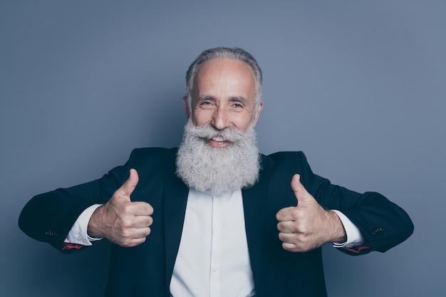 Close-up portret van zijn hij mooie aantrekkelijke inhoud blije vrolijke vrolijke grijsharige man met twee dubbele thumbup advertentie advertentie advies geïsoleerd over donkergrijze pastelkleur achtergrond