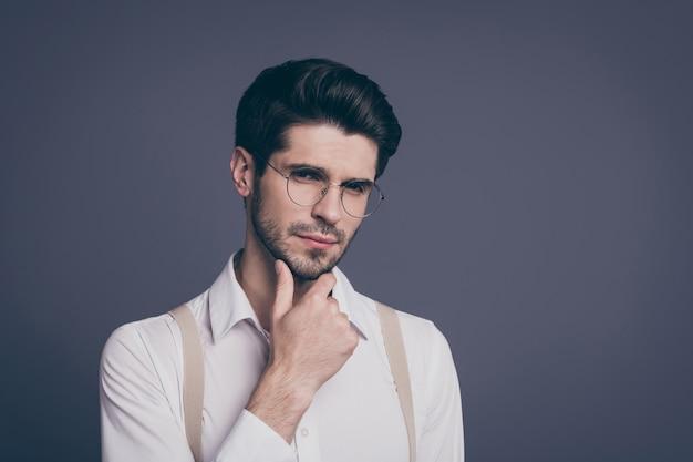 Close-up portret van zijn hij mooie aantrekkelijke slimme slimme intellectueel gerichte brunette man vastgoedmakelaar denken kin aan te raken.