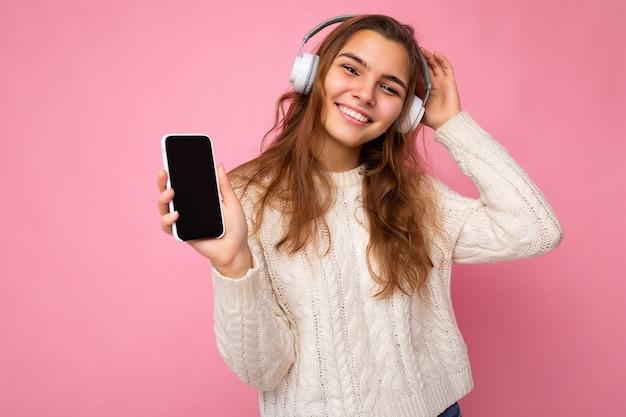 Close-up portretfoto van mooie gelukkig lachende jonge vrouw draagt stijlvolle casual outfit geïsoleerd