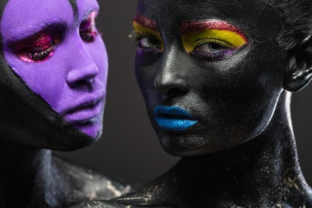 Close-up portretten van twee mooie vrouwen