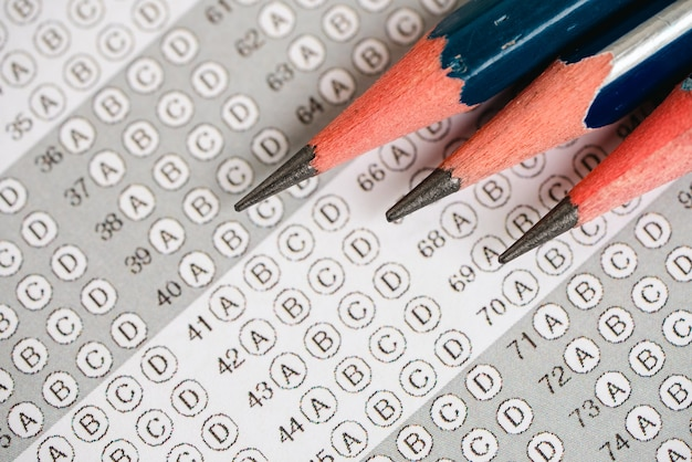 Close-up potlood op het antwoordblad voor testscoreblad met antwoorden