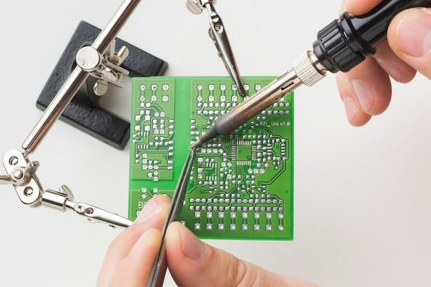 Close-up printplaat reparatie