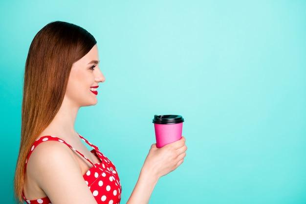 Close-up profiel aantrekkelijke dame kijk lege ruimte vasthouden warme verse afhaalkoffie