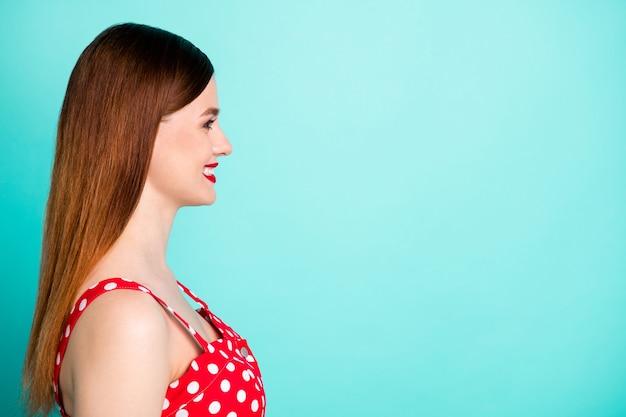 Close-up profiel aantrekkelijke mooie dame kijk lege ruimte lachend