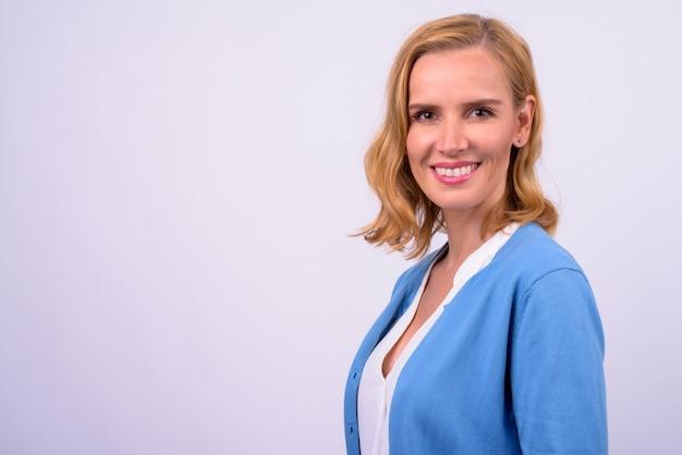 Close-up profiel te bekijken van gelukkig mooie blonde zakenvrouw camera kijken