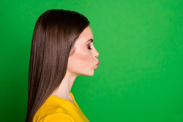 Close-up profiel zijaanzicht portret van aanhankelijk dromerig steil meisje dat luchtkus verzendt