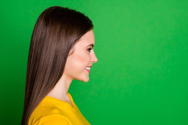 Close-up profiel zijaanzicht portret van aantrekkelijk mooi vrolijk steil meisje
