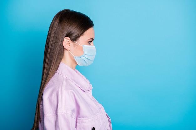 Close-up profiel zijaanzicht portret van haar ze mooi aantrekkelijk gezond meisje dragen gaas veiligheidsmasker stop griep besmetting kopie ruimte geïsoleerd helder levendig glans levendige blauwe kleur achtergrond