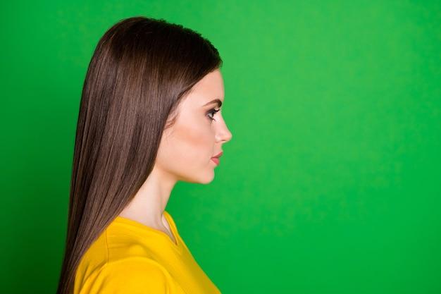 Close-up profiel zijaanzicht portret van lieftallige inhoud steilharig meisje