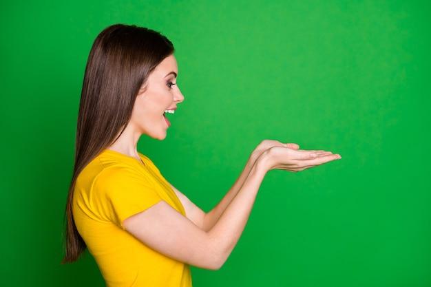 Close-up profiel zijaanzicht portret van vrolijk meisje met in de handpalmen onzichtbaar object