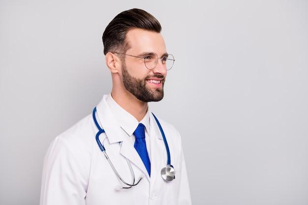 Close-up profiel zijaanzicht portret van zijn hij mooi aantrekkelijk slim slim vrolijk vrolijk blij doc modern lab centrum eigenaar uitvoerend directeur geïsoleerd op licht wit grijze pastelkleur