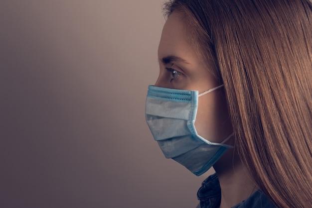 Close-up profielfoto van vrouw in medisch masker