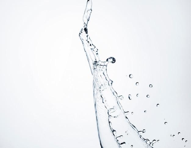 Close-up realistische water dynamisch op witte achtergrond