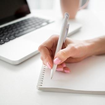 Close-up rechtshandige persoon schrijven