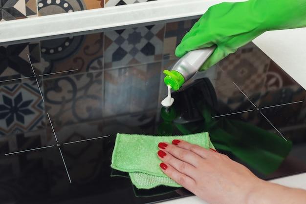 Close up reiniging van de keramische kookplaat
