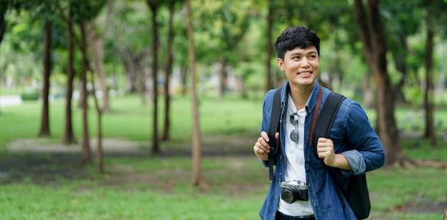 Close-up reiziger aziatische man gaat in het wild