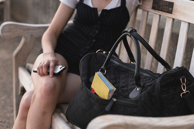 Close-up reiziger zittend op een bankje