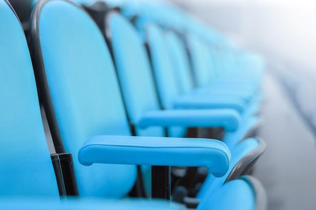 Close-up rij van stoelen in de directiekamer. zitplaatsen in een lege vergaderruimte
