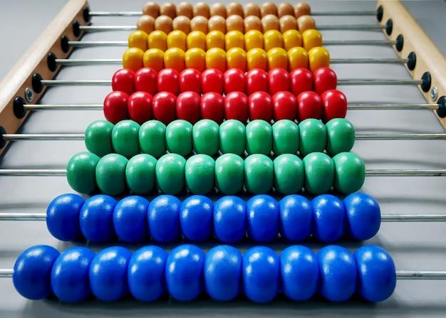 Close-up rijen met kleurrijke houten kralen van telraam voor kinderen om wiskunde te leren